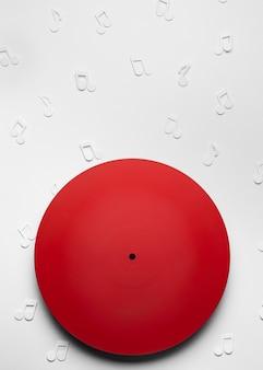 Vinyle rouge avec des notes de musique