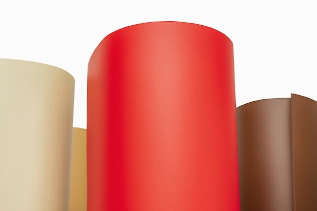 Vinyle, traceur. le film coloré roule le film adhésif de différentes couleurs