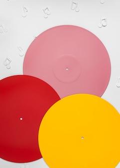Vinyles colorés avec des notes de musique
