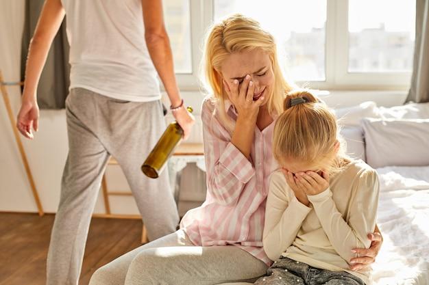 Violence domestique - une femme battue a l'air déprimée