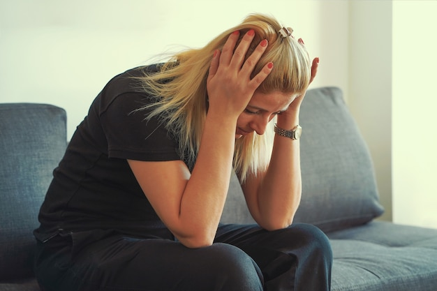 La violence familiale. malheureuse fille qui pleure.