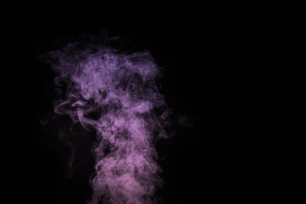 Violet bouclé, vapeur lilas, effet spécial transparent isolé de brouillard ou de fumée sur fond noir. brume abstraite ou arrière-plan de smog, élément de conception pour votre image, mise en page pour les collages.