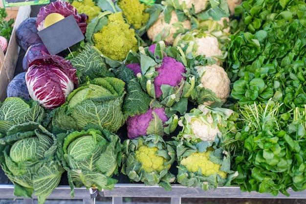 Violet, chou-fleur, chou rouge et cresson au marché