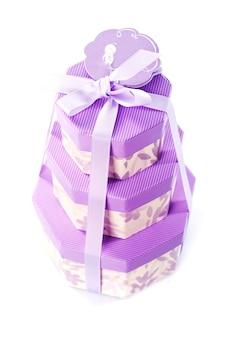 Violet trois boîtes mignonnes avec des cadeaux isolés sur blanc