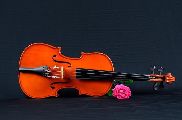 Violon ancien sur tissu de soie avec rose