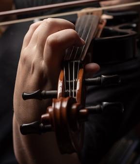 Violon, beaux détails d'un violon joué.