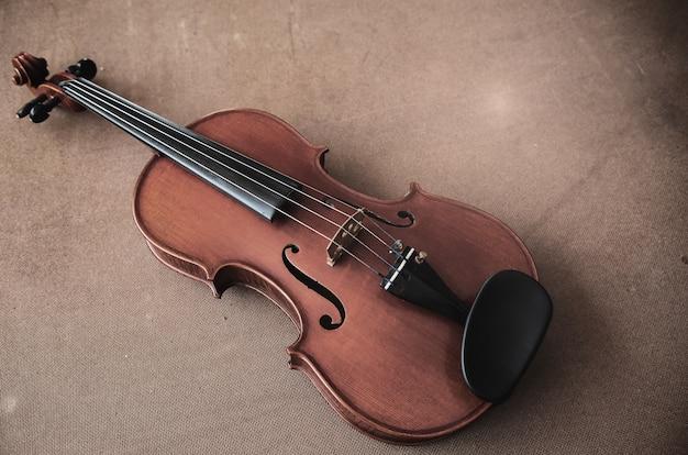 Le violon classique sur planche de bois