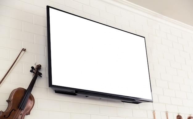 Violon à côté d'un écran de télévision en blanc