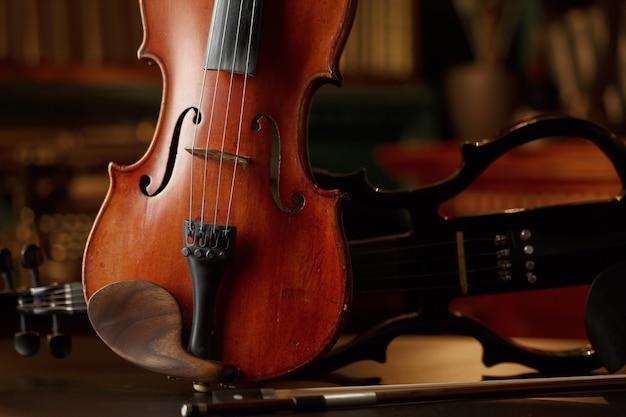 Violon dans un style rétro et alto électrique moderne, vue rapprochée, personne