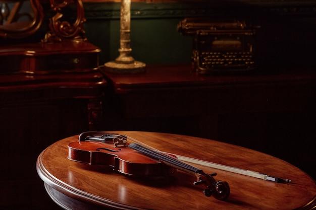 Violon dans un style rétro sur table en bois, vue rapprochée, personne
