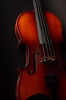 Violon sur fond noir