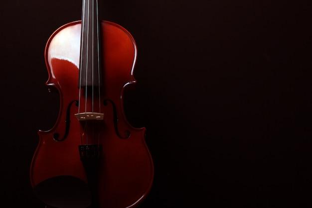 Violon sur fond sombre