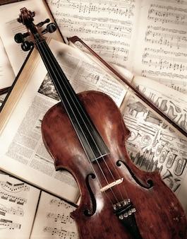 Violon sur livre de musique, shoot en studio