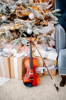 Violon près des cadeaux du nouvel an