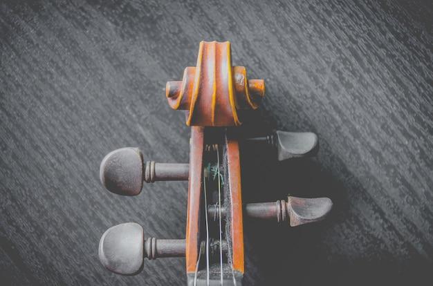Le violon sur la table sombre, instrument de musique classique utilisé dans l'orchestre.