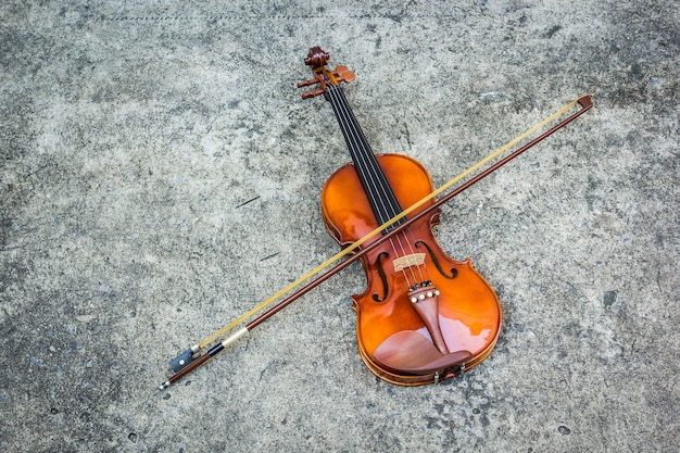 Violon vintage sur fond de béton
