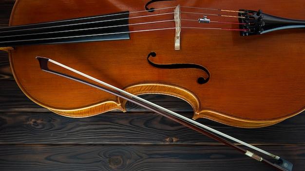 Violoncelle repose sur une surface en bois