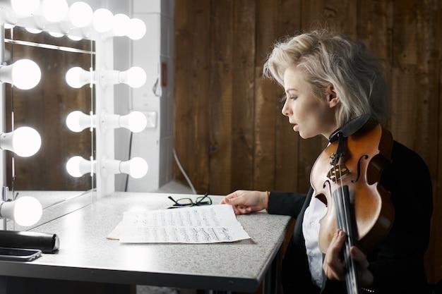 Violoniste se préparant pour le concert