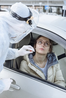 Un virologue ou un médecin portant des vêtements de protection contre les matières dangereuses epi