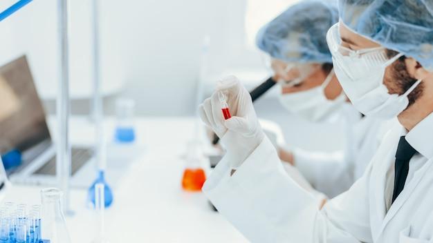 Virologue tient une ampoule avec un nouveau vaccin