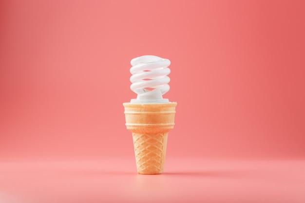 Vis à économie d'énergie glace légère dans un cornet gaufré rose.