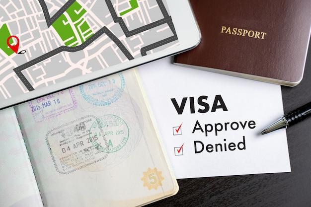 Visa et passeport pour approuvé estampillé sur un document vue de dessus dans visa visa approuver