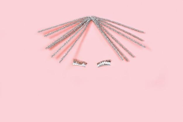 Visage abstrait, concept de vacances. portrait de femme minimaliste. cheveux brillants et longs cils.