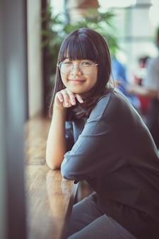 Visage d'adolescent asiatique assis et regardant avec contact visuel