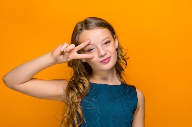 Le visage de l'adolescente heureuse ludique