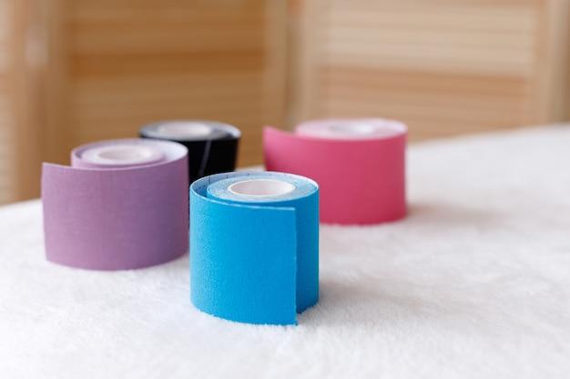 Visage bandes sur table de massage