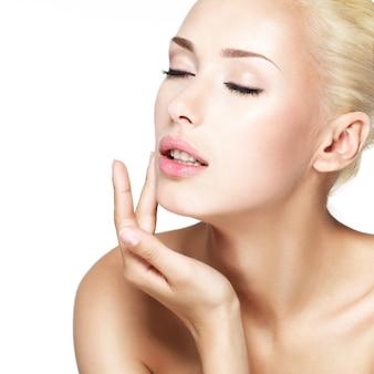 Visage beauté de la belle jeune femme blonde
