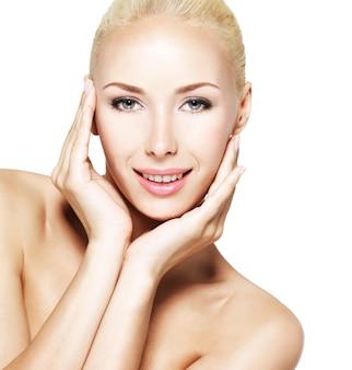 Visage de beauté de la belle jeune femme souriante