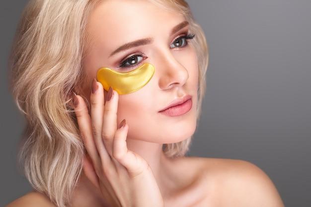Visage beauté femme avec patch sous les yeux