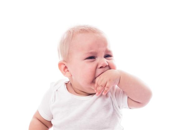 Visage de bébé qui pleure isolé sur fond blanc