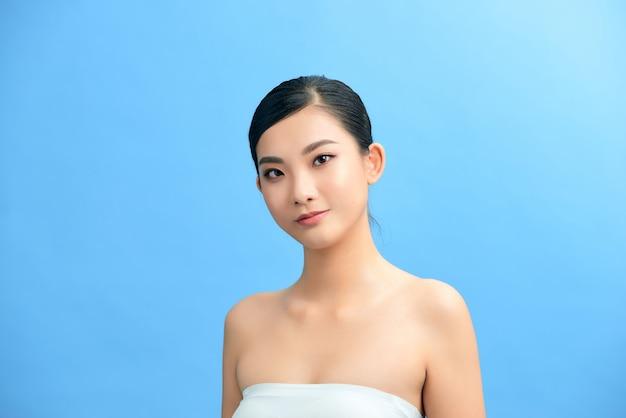 Visage de belle femme avec une peau propre - isolé sur blanc