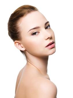 Visage de belle femme avec une peau propre
