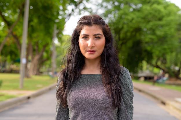 Visage de belle jeune femme indienne dans les rues du parc