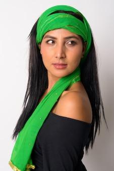 Visage de belle jeune femme persane avec foulard à la recherche par-dessus l'épaule