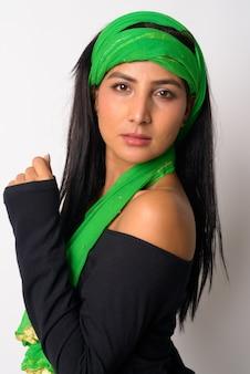Visage de belle jeune femme persane avec foulard en regardant la caméra