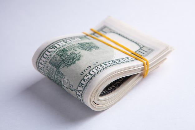 Le visage de benjamin franklin sur le billet de 100 dollars