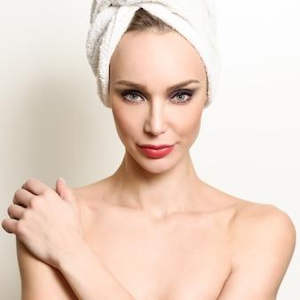Visage blanc personne salle de bains parfaite