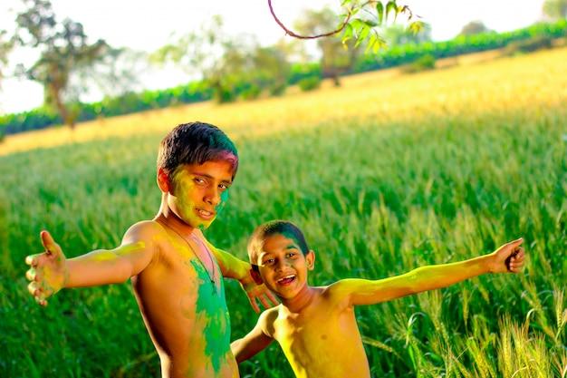 Visage coloré d'enfant indien au festival de holi