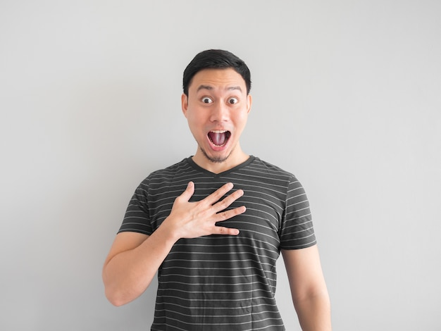 Visage drôle choqué et surpris sur l'homme asiatique.