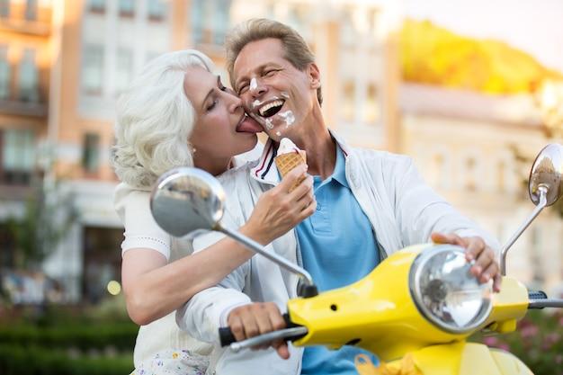 Visage enduit de crème glacée.