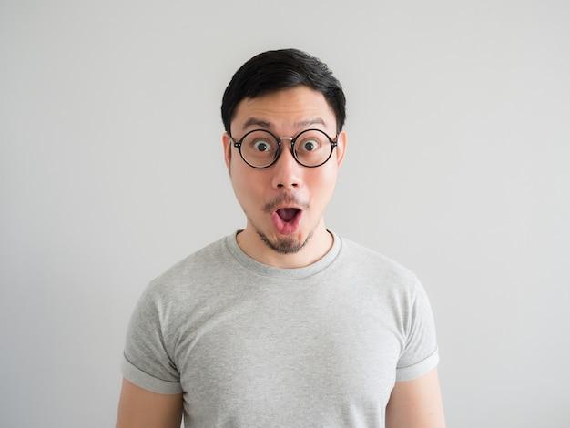 Visage étonnant et choqué de l'homme avec des lunettes.