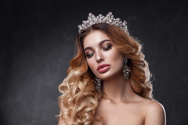Visage de femme beauté avec de belles couleurs de maquillage