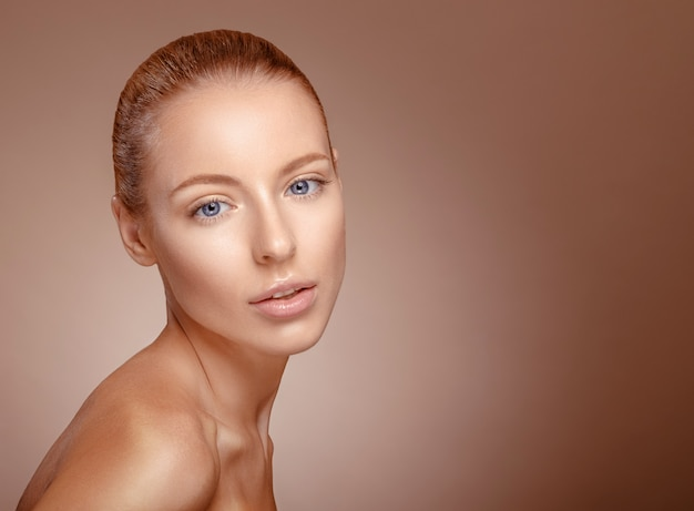 Visage de femme de beauté. fille à la peau claire.