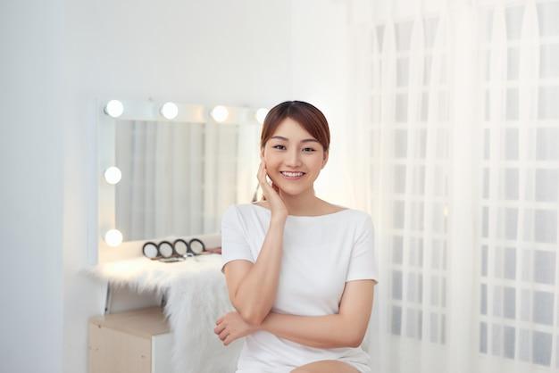 Visage de femme de beauté avec les mains. portrait. belle fille modèle de spa avec une peau propre et fraîche parfaite.