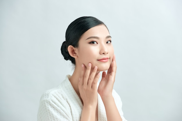 Visage de femme de beauté maquillage naturel concept cosmétique de peau de beauté saine