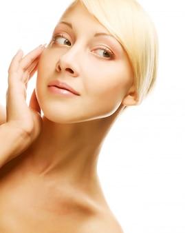 Visage de femme belle santé avec une peau propre et pure